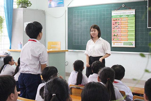 Thầy và trò trường tiểu học Đông Hòa B cùng trao đổi kiến thức dinh dưỡng