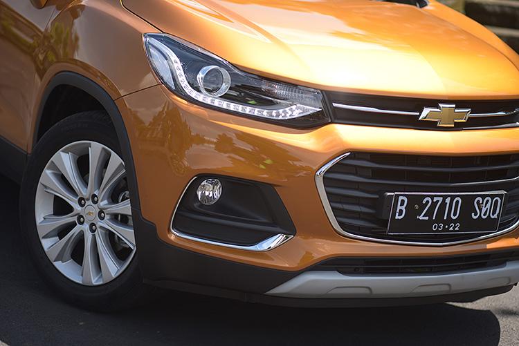 Về diện mạo, Trax mới cũng được thay đổi hoàn toàn mới theo ngôn ngữ thiết kế toàn cầu của Chevrolet. Dáng vẻ thể thao hơn, nhanh nhẹn, năng động hơn đã tạo cho tôi nhiều cảm giác hứng khởi khi cầm lái. Đây cũng là một trong những giá trị gia tăng mà GM muốn mang tới cho khách hàng. Cụ thể:  Cụm đèn pha cùng dải LED chiếu sáng ban ngày kiểu dáng mới như đang chảy quanh các góc và hòa vào trong phần lưới tản nhiệt với cặp đèn pha Halogen dạng thấu kính có khả năng tự động bật tắt theo điều kiện ánh sáng bên ngoài. Các đường viền mạ chrome sáng bóng ở hốc đèn sương mù cùng với mâm xe lớn 18 inch đã tạo vẻ ngoài vô cùng thu hút cho chiếc xe.