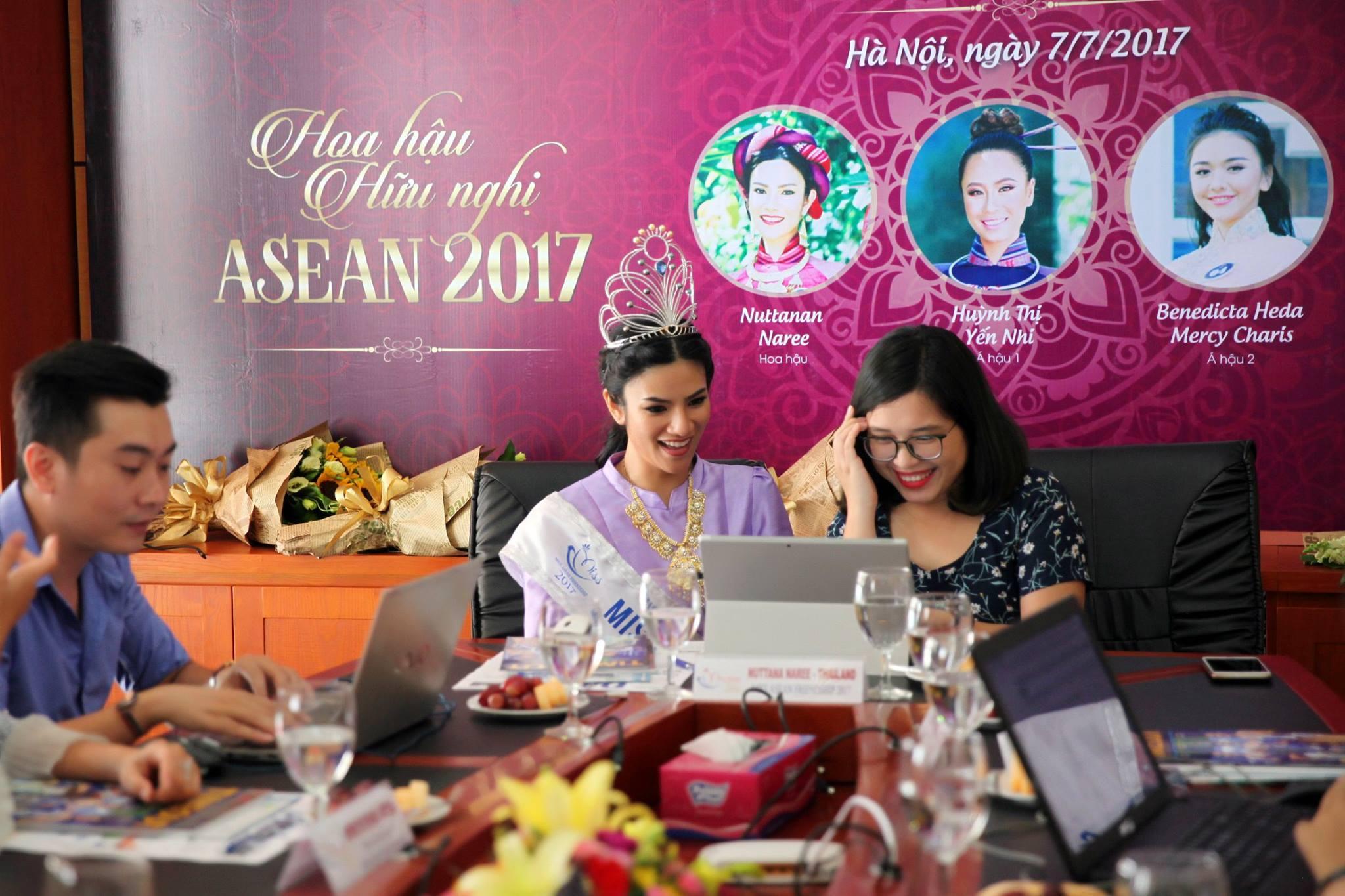 Hoa hậu Nuttanan Naree hào hứng trả lời các câu hỏi từ độc giả