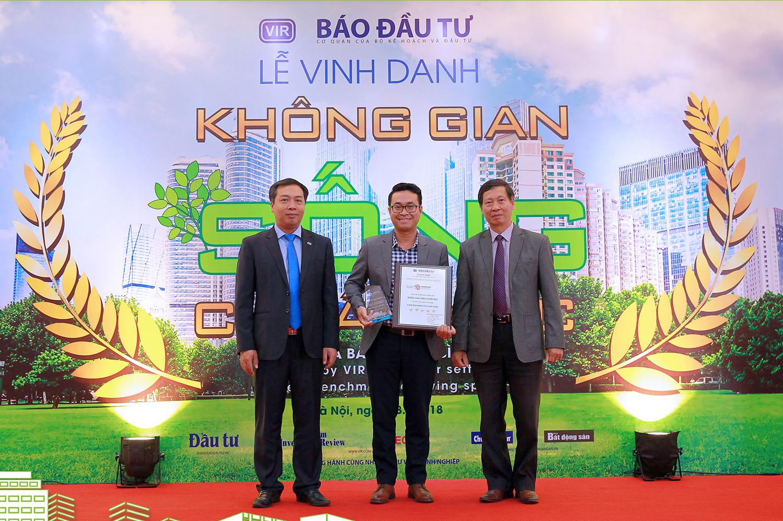 Ông Mai Phước An Tâm, Giám đốc Truyền thông Công ty cổ phần Phát triển bất động sản Phát Đạt nhận vinh danh cho Dự án The EverRich Infinity.