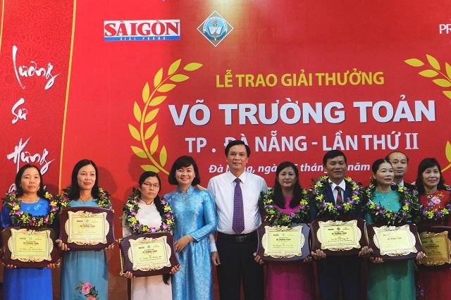 Ông Trần Văn Miên, Phó chủ tịch Đà Nẵng (bên phải) và bà Lý Việt Trung, Phó Tổng biên tập báo Sài Gòn Giải Phóng (bên trái) cùng các giáo viên nhận giải Võ Trường Toản.