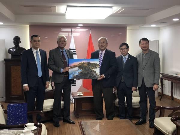 Đoàn đại diện tỉnh Phú Yên trao tặng bức ảnh danh thắng Gành Đá Dĩa cho đại diện đoàn Hàn Quốc