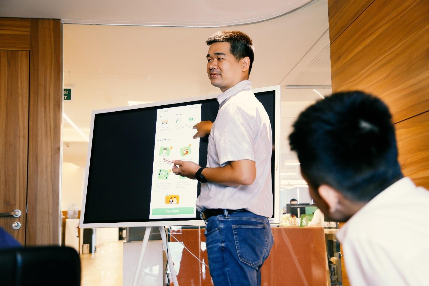 Ông Nguyễn Mạnh Khang – Giám đốc Khối CNTT Mcredit giới thiệu các sản phẩm được số hóa.