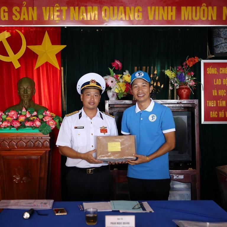 Anh Trần Vũ Thành (bên trái) đã 9 lần đến với Trường Sa.