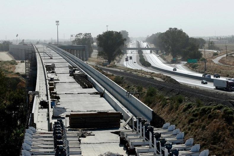 Công trường xây dựng hạng mục cầu cạn của Dự án đường sắt cao tốc California, cạnh đoạn đường cao tốc 99 gần thành phố Fresno, bang California vào tháng 10/2019. Ảnh: AFP