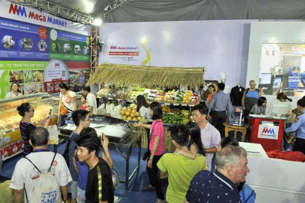Gian hàng MM Mega Market trưng bày đa dạng các sản phẩm nông sản đạt chuẩn VietGAP như bơ sáp Đà Lạt, nho đỏ Ninh Thuận, chuối Bến Cát….thu hút nhiều khách tham quan
