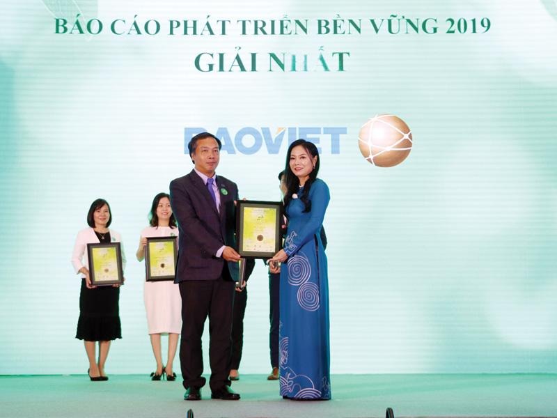 Ông Lê Trọng Minh, Tổng Biên tập Báo Đầu tư trao giải cho doanh nghiệp đạt giải cao tại Cuộc bình chọn doanh nghiệp niêm yết 2019 do Sở Giao dịch                chứng khoán TP.HCM, Sở Giao dịch chứng khoán Hà Nội, Báo Đầu tư và Quỹ đầu tư Dragon Capital phối hợp tổ chức.