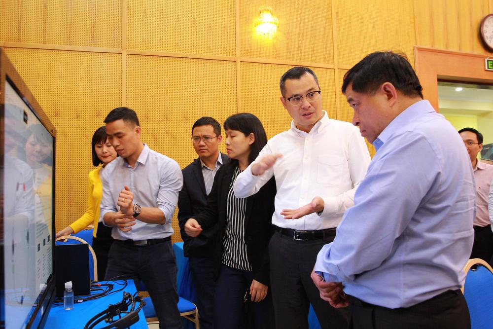 Bộ trưởng Nguyễn Chí Dũng và Thứ trưởng Phạm Đại Dương tham quan các gian hàng trưng bày tại Tọa đàm