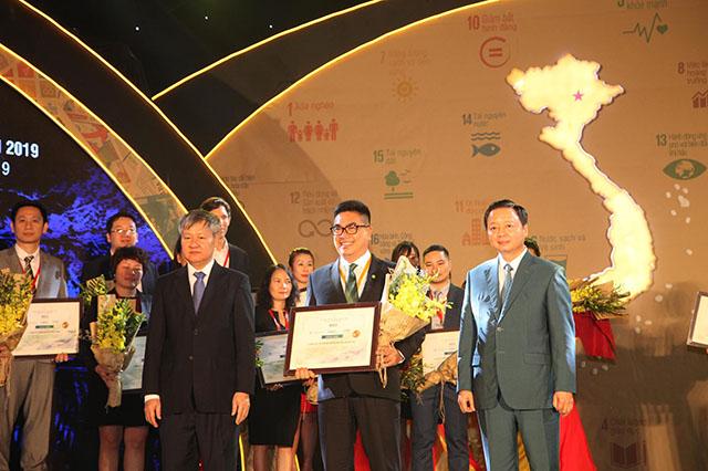 Đại diện Tập đoàn Novaland vinh dự nhận giải thưởng
