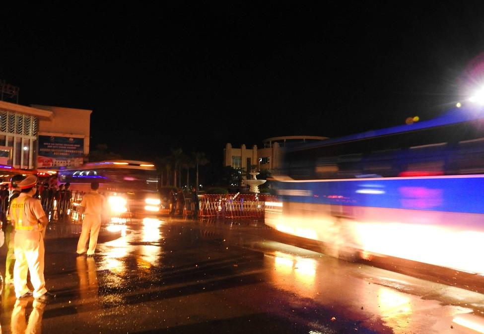 Đúng 3h sáng ngày 01/8, đoàn xe chở gần 400 nghi phạm người Trung Quốc bắt đầu lăn bánh - Ảnh: CTV